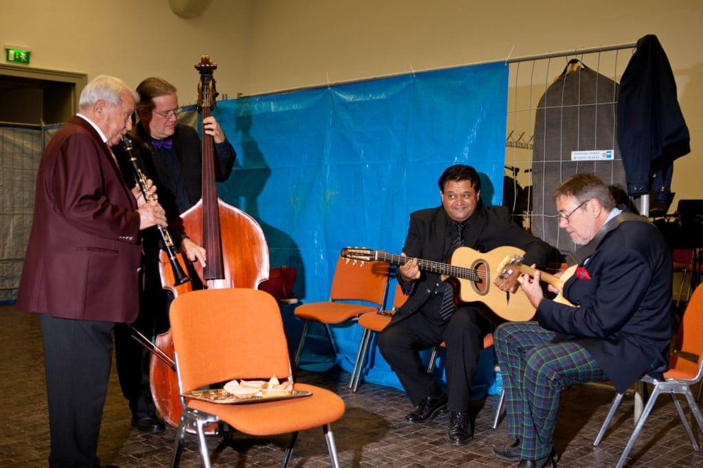 Schon vor dem Konzert spielten die Musiker spontan in der provisorischen Garderobe zwischen Bauzaun, Plastikbechern und belegten Brötchen | © Andreas Bender